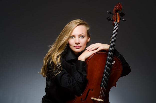 Jonge vrouw in musical