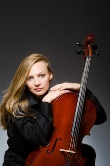 Jonge vrouw in muzikaal concept