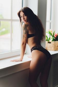 Jonge vrouw in ondergoed in de kamer