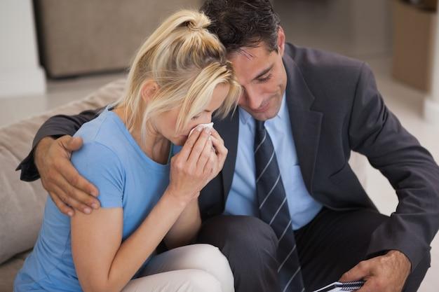 Jonge vrouw in ontmoeting met psycholoog