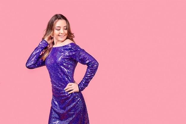 Jonge vrouw in paarse jurk