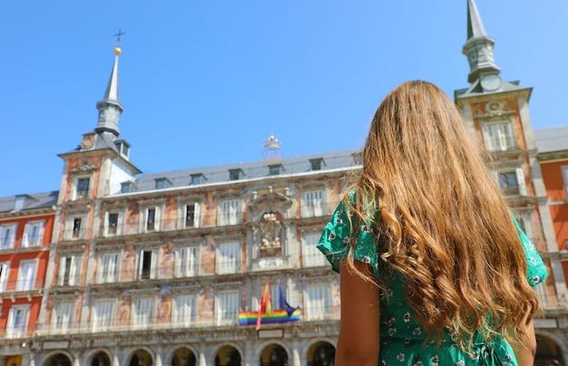 Jonge vrouw in plaza mayor square, madrid, spanje