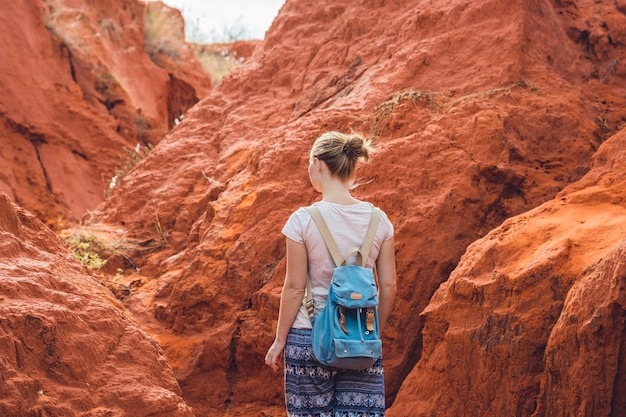 Jonge vrouw in rode canion dichtbij mui ne, zuidelijk vietnam.