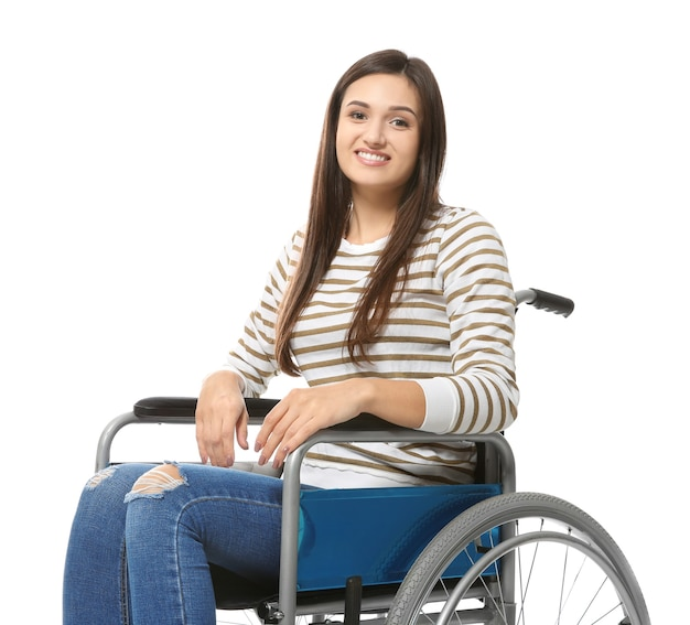 Jonge vrouw in rolstoel op wit