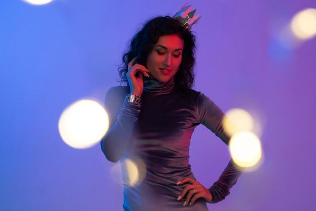 Jonge vrouw in roze blauwe neonlichten.