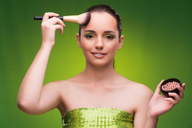 Jonge vrouw in schoonheidsconcept op groen