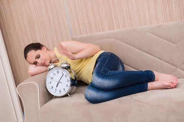 Jonge vrouw in slaap op de bank