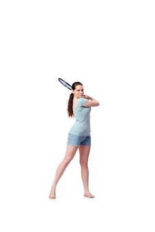 Jonge vrouw in sportenconcept dat op het wit wordt geïsoleerd