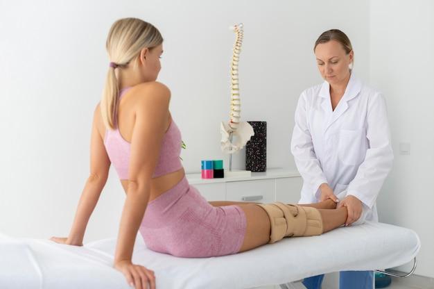 Jonge vrouw in sportkleding die een oefening oefent in een fysiotherapiesessie