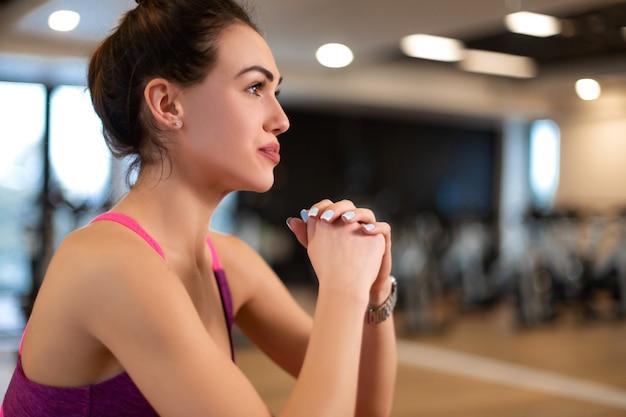 Jonge vrouw in sportwear sportoefening in gymnastiek. fitness en wellness levensstijl concept