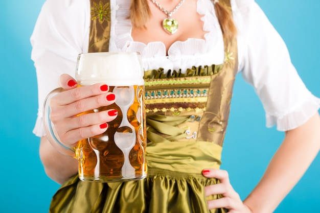 Jonge vrouw in traditionele kleding - dirndl of klederdracht