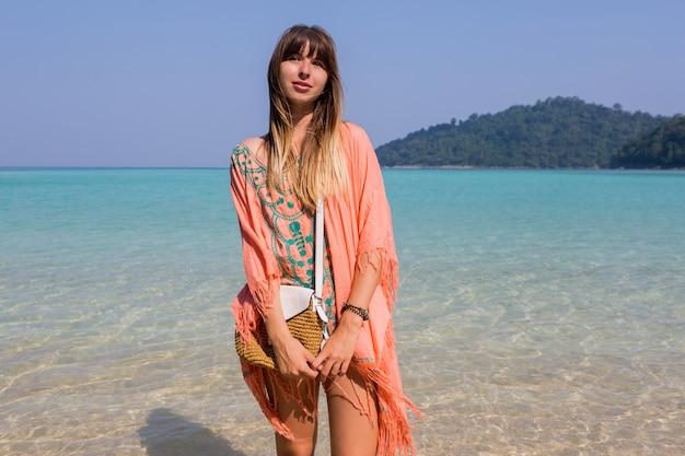 Jonge vrouw in trendy bohostrandkleding