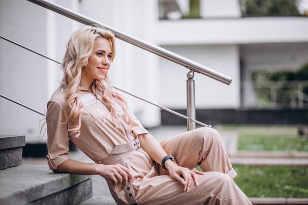 Jonge vrouw in trendy roze overall