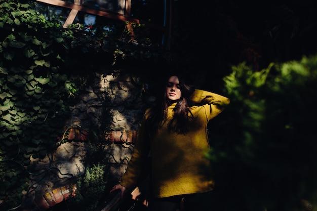 Jonge vrouw in trui