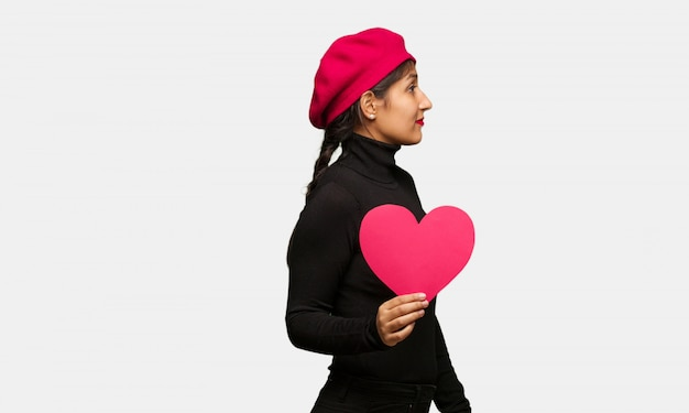 Jonge vrouw in valentijnsdag aan de kant op zoek naar voren