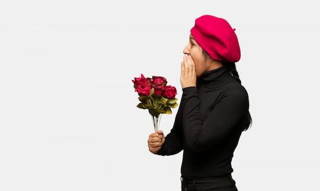 Jonge vrouw in valentijnsdag fluisteren roddel ondertoon