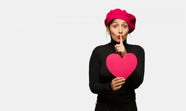 Jonge vrouw in valentijnsdag houden een geheim of vragen om stilte