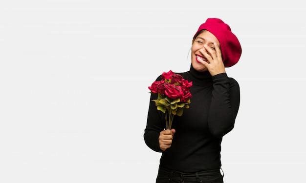 Jonge vrouw in valentijnsdag pijnlijk en lachend op hetzelfde moment