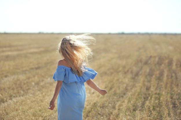 Jonge vrouw in veld