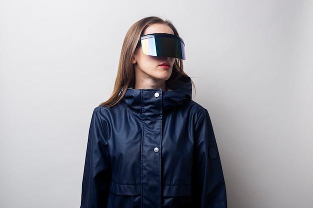 Jonge vrouw in virtual reality-bril kijkt naar de zijkant op een lichte achtergrond.
