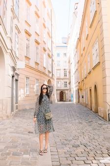 Jonge vrouw in wenen buitenshuis tijdens vakantie in europa.