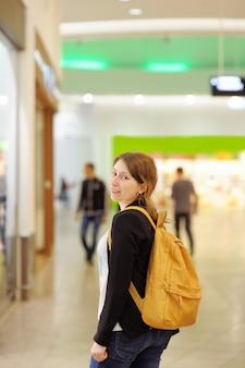 Jonge vrouw in winkelcentrum / centrum