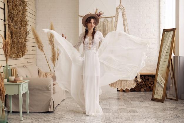 Jonge vrouw in witte vliegende jurk