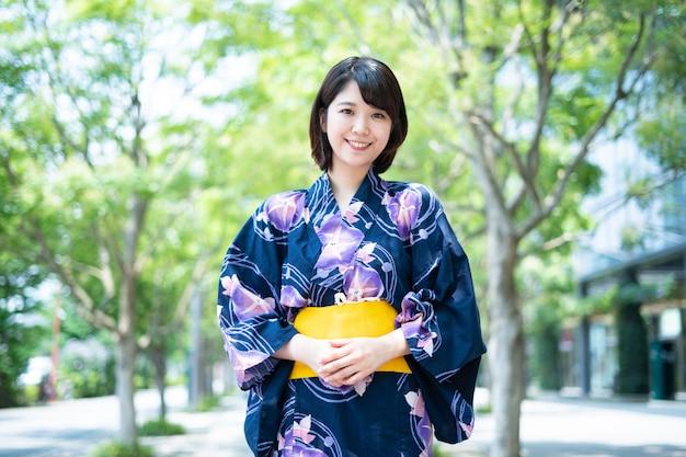 Jonge vrouw in yukata (japanse traditionele stijl)