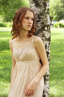 Jonge vrouw in zomerpark