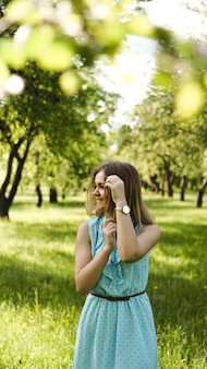 Jonge vrouw in zonnige tuin. buiten zomerdag