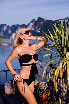 Jonge vrouw in zwarte bikini op vakantie in thailand