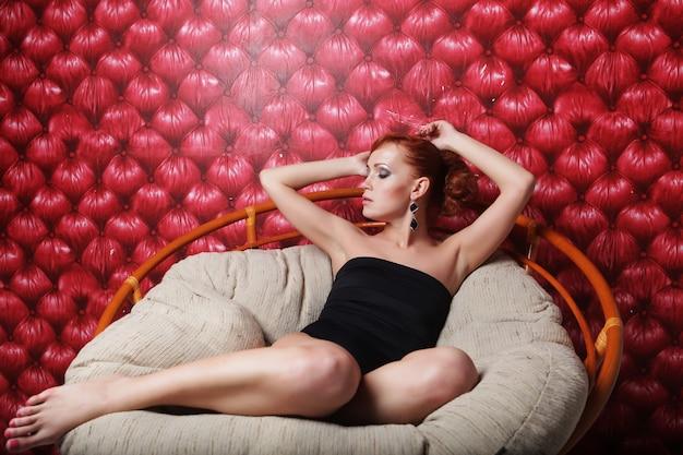 Jonge vrouw in zwarte lingerie