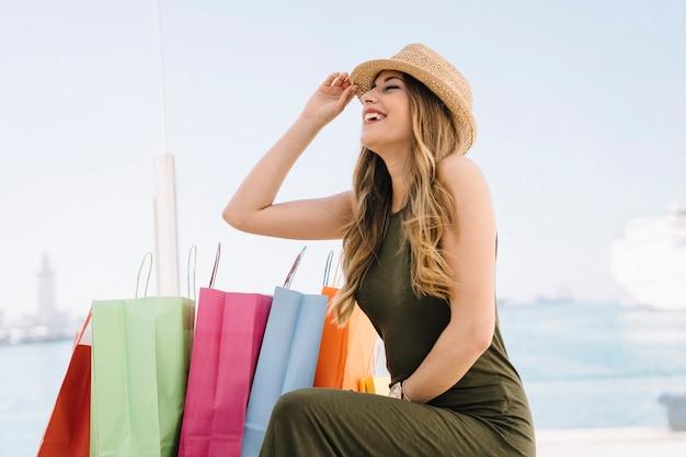 Jonge vrouw is gelukkig na het winkelen