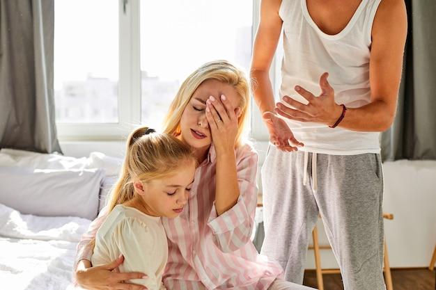 Jonge vrouw is moe van het verdragen van vernedering door haar echtgenoot thuis in de aanwezigheid van een kind, een meisje dat gaat scheiden, conflict in het gezin