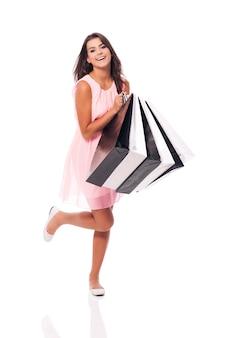 Jonge vrouw is tevreden van de zomeruitverkoop