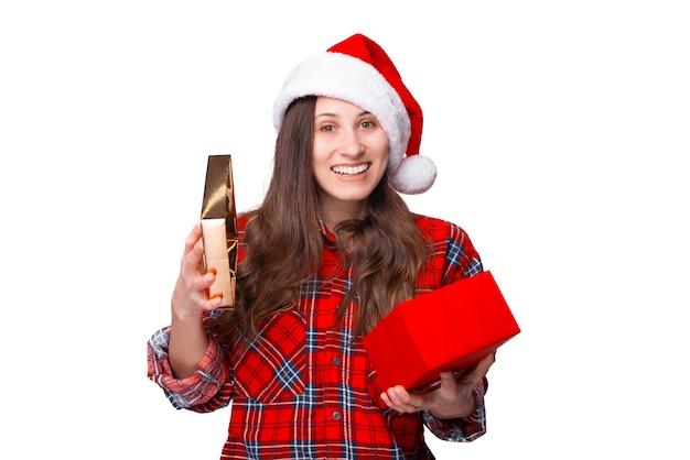 Jonge vrouw is verbaasd over het geschenk dat ze zojuist heeft geopend.
