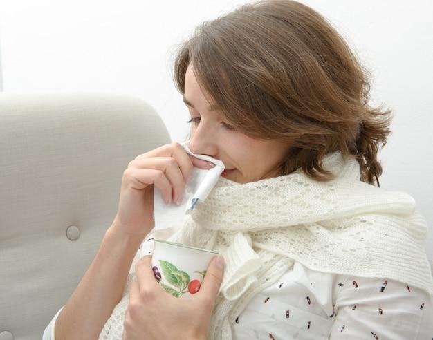 Jonge vrouw is verkouden