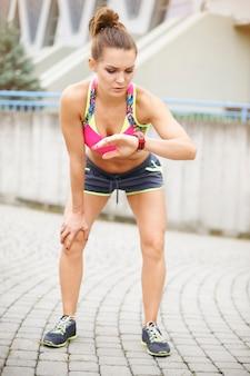 Jonge vrouw joggen of buiten hardlopen. eindelijk is er een nieuw record gebroken