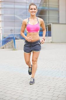 Jonge vrouw joggen of buiten hardlopen. joggen is mijn dagelijkse routine geworden