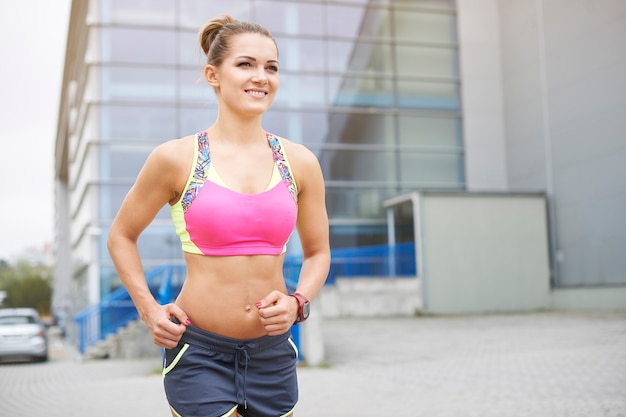 Jonge vrouw joggen of buiten hardlopen. ochtend is de beste tijd gedurende de dag om te joggen
