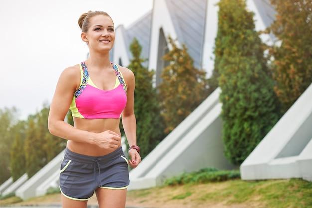 Jonge vrouw joggen of buiten hardlopen. tijdens het joggen zijn er veel plekken te ontdekken