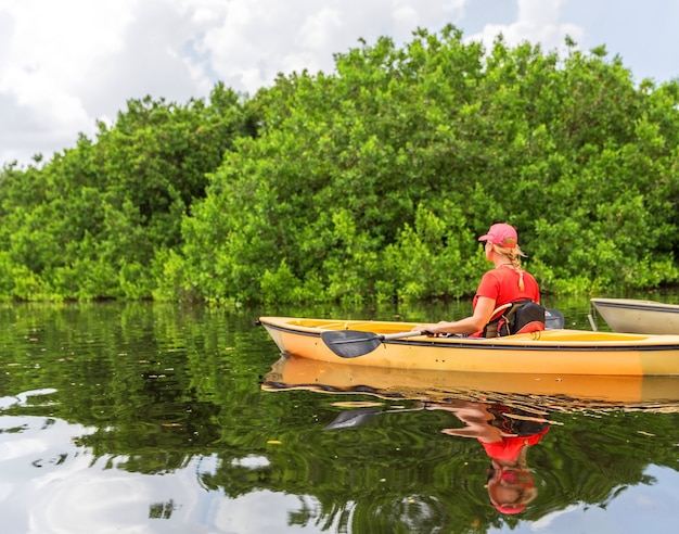 Jonge vrouw kayaking in everglades national park