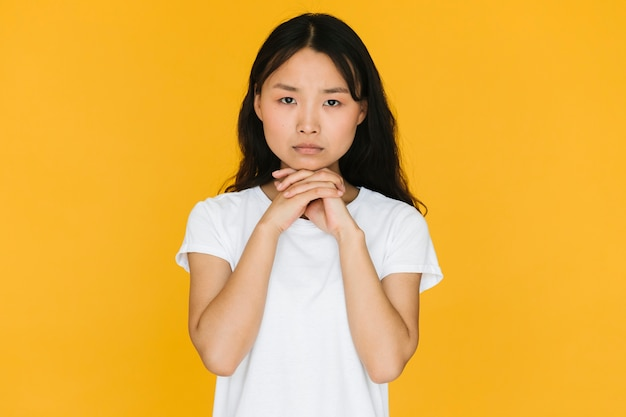 Jonge vrouw kijkt bezorgd