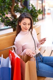 Jonge vrouw kijkt naar wat ze kocht