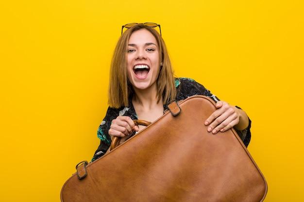 Jonge vrouw klaar om naar vakantie over geel te gaan