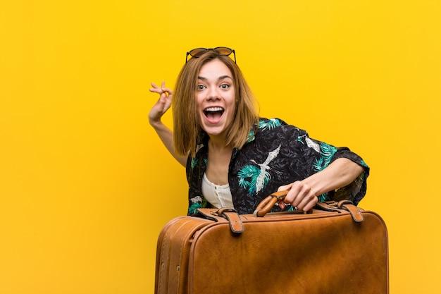 Jonge vrouw klaar om te gaan naar vakantie