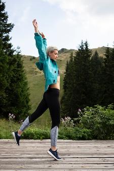 Jonge vrouw klaar om te rennen
