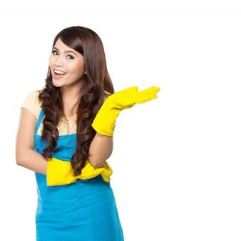 Jonge vrouw klaar om wat schoonmaken te doen