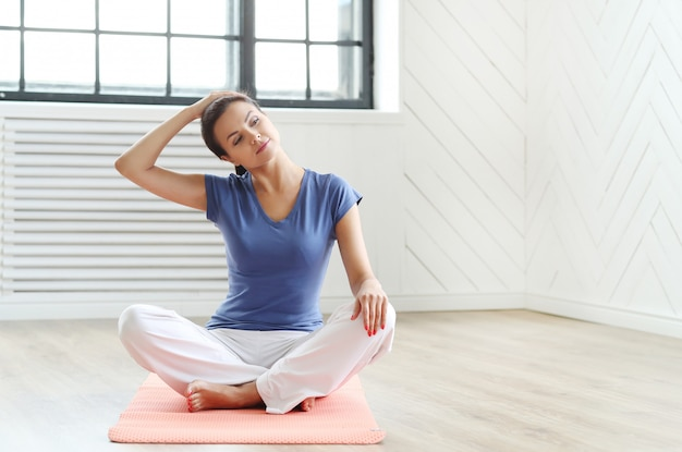 Jonge vrouw klaar om yoga-oefeningen te doen