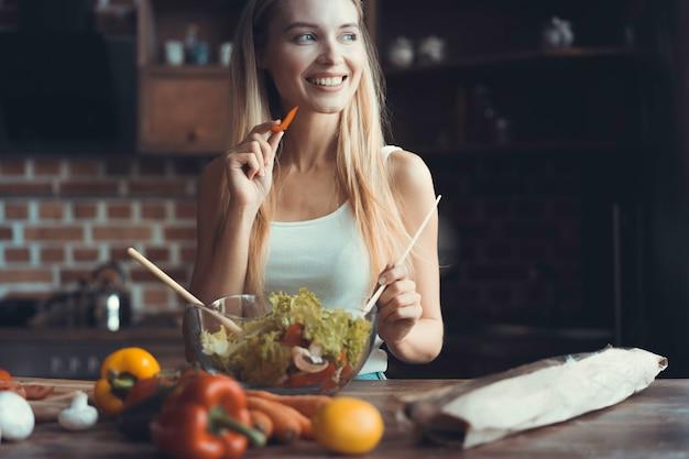Jonge vrouw koken. gezond voedsel - groentesalade. eetpatroon. dieet concept. gezonde levensstijl. thuis koken. eten koken.